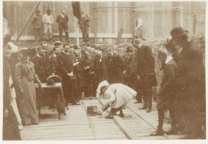 1903, de eerste steen wordt gelegd van het Leesmuseum, Rokin 102. Stadsarchief Beeldbank